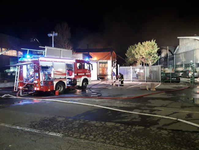 Incendio alla Reinol, ancora al lavoro i vigili del fuoco