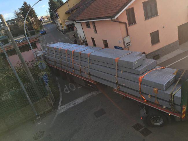 Trasporto eccezionale incastrato a Rivarolo, abbatte una colonnina
