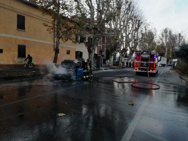 Ciriè, auto in fiamme in via Corio