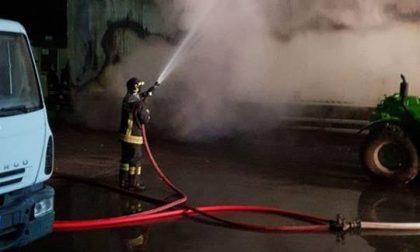 Villanova, incendio nel deposito mezzi di raccolta rifiuti | LE FOTO