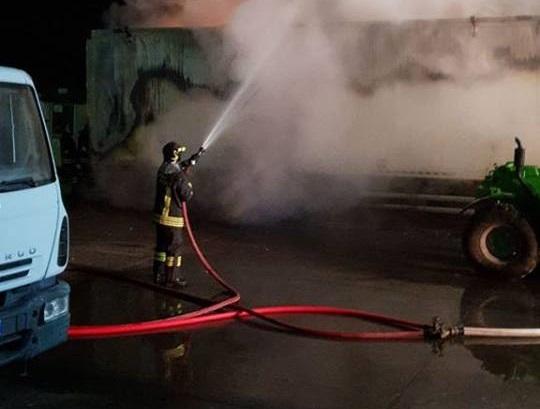 Villanova, incendio nel deposito mezzi di raccolta rifiuti