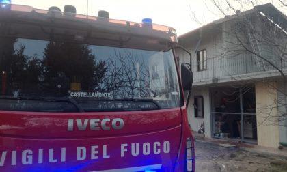 Tetto in fiamme a Pertusio in una cascina | FOTO