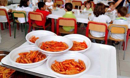 Ritirati piatti di plastica dalle mense scolastiche: si fondono
