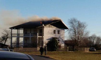 Balangero, a fuoco il tetto di una casa