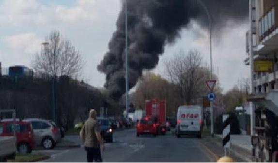Sequestra e dà fuoco all'autobus che trasportava bambini in gita VIDEO