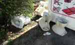 Maiali in azione a Rivarolo: mobili, materassi e water gettati in strada
