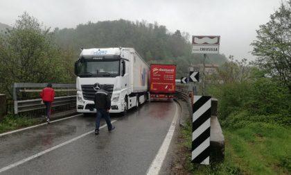 Camion incastrati sul Ponte Preti: traffico in tilt sulla Provinciale