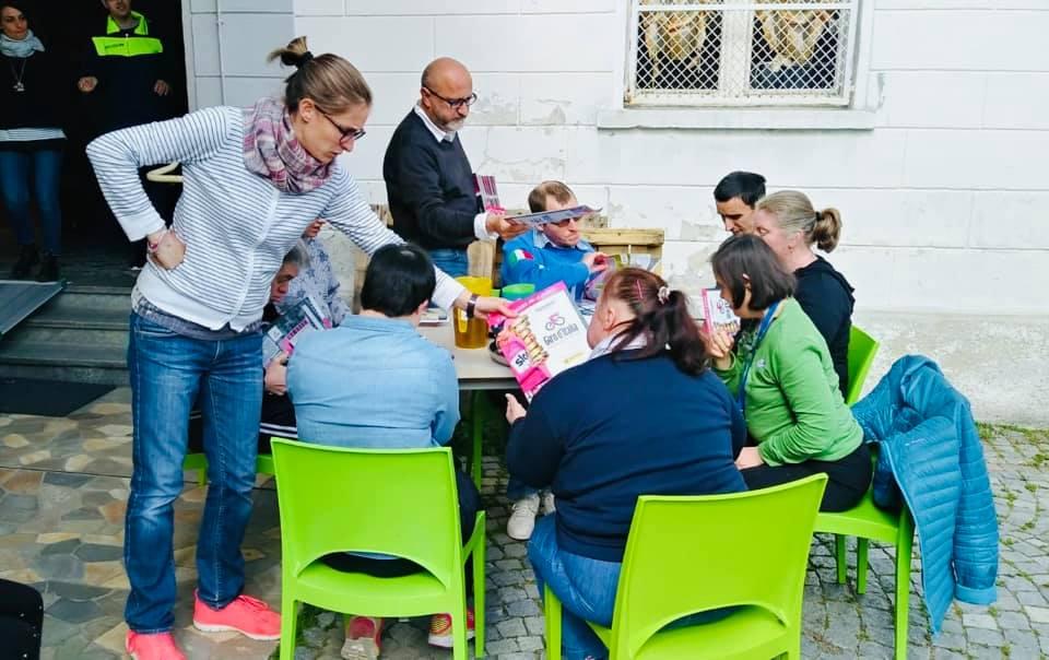 Anche al Centro diurno Metafora cresce la passione per le figurine del Giro