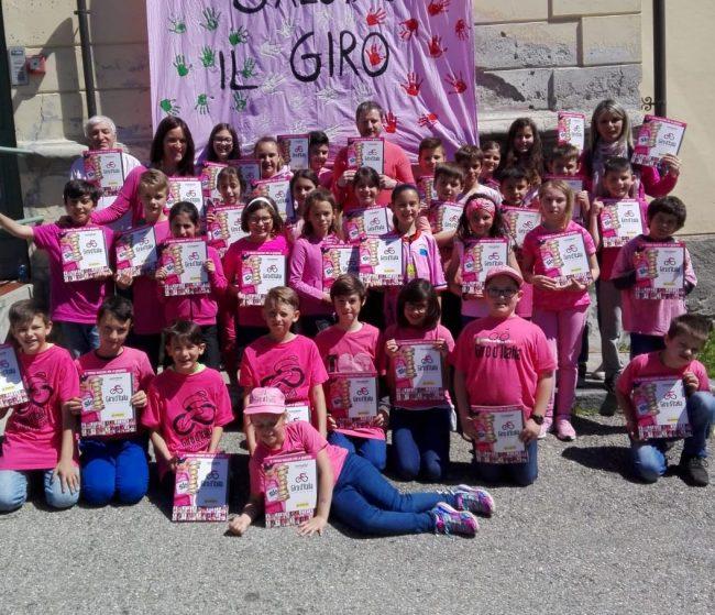 Gli alunni della scuola di Priacco salutano il Giro d&#8217&#x3B;Italia