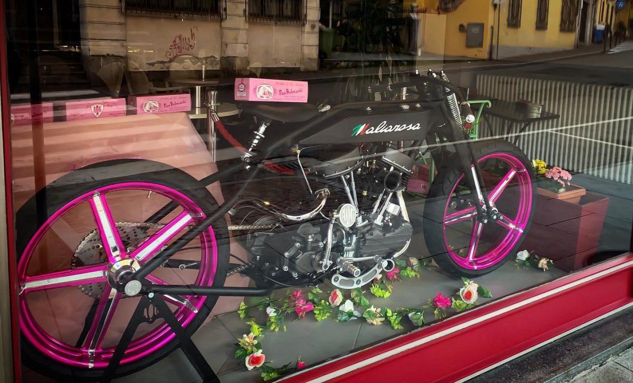 Apettando il Giro, Maliarosa si mette in vetrina: la mitica moto esposta a Castellamonte