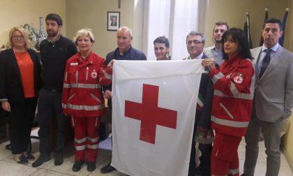 La bandiera della Croce Rossa esposta al Municipio di Castellamonte