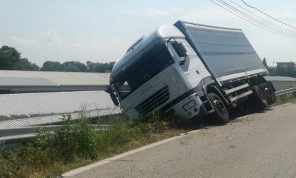 Camion in bilico sul ciglio della strada: traffico difficoltoso a Feletto