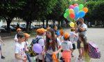 Ciriè: lancio di palloncini nel viale, gli alunni della «Fenoglio» hanno festeggiato la fine della scuola | VIDEO