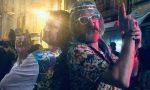 Pezzetto in costume hippie: piovono le critiche e lui risponde