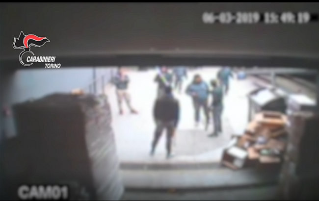 Spedizione punitiva in negozio cinese, 5 nomadi arrestati | VIDEO