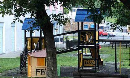 Nel parco giochi con le sigarette: cattivo esempio per i più piccoli