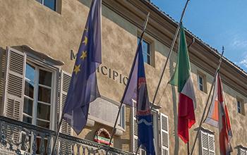 Dopo la raccolta firme dei commercianti, Piazza Garibaldi e via Ivrea ripulite e meglio illuminate