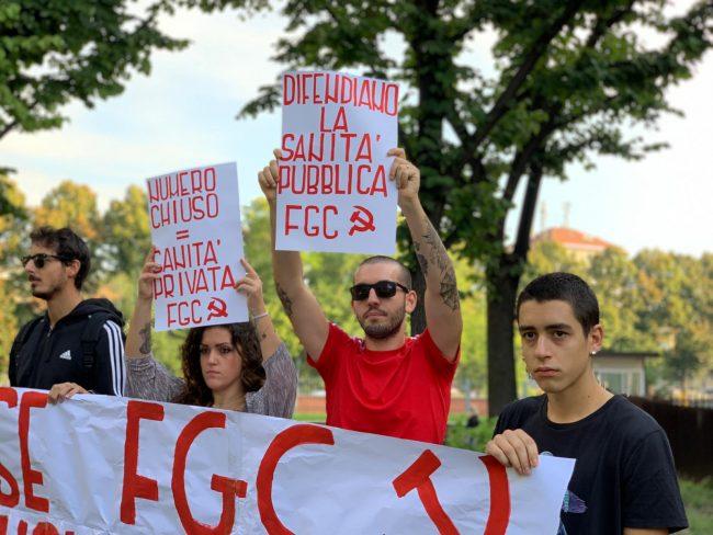 Fronte della Gioventù Comunista protesta al test di medicina a Torino