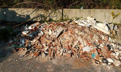 Consiglieri comunali ripuliscono area industriale dalle macerie