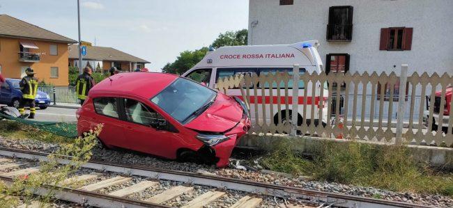 Auto sui binari bloccata ferrovia a Lanzo