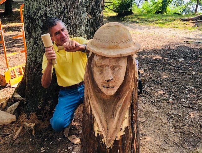 Sculture di legno con gli alberi distrutti dall
