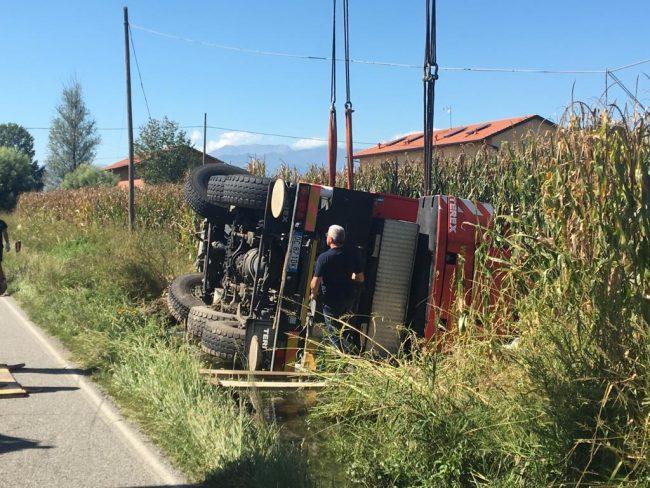 Autocarro si ribalta nel fossato a Mappano | FOTO