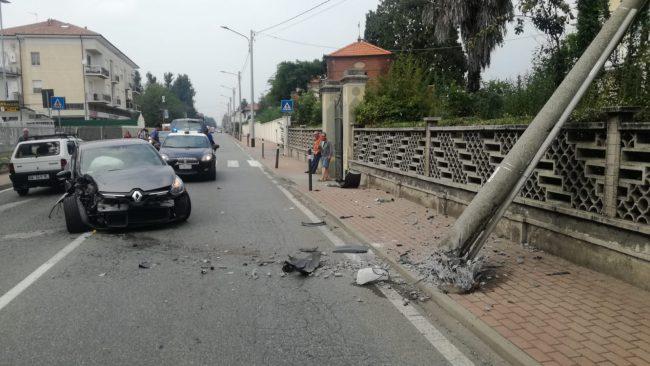 Auto sbanda e finisce contro un palo, ora a rischio crollo   FOTO