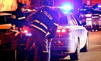 Lanciano droga dal finestrino dell'auto: arrestati due italiani