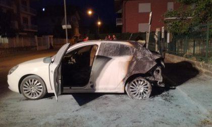 Auto in fiamme  davanti alla sede della Croce Verde