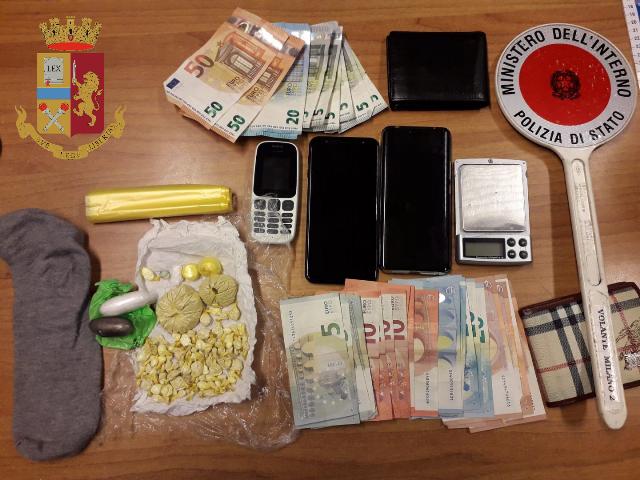 Ricercato dalla Polizia, irregolare arrestato: in casa aveva crack e quasi 40mila euro