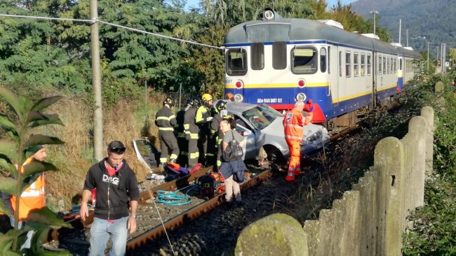 Auto travolta dal treno a Valperga, una persona ferita | FOTO e VIDEO