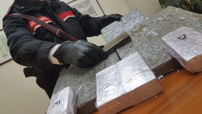7 kg di hashish abbandonati sull'autobus   FOTO e VIDEO