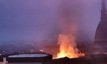 In fiamme il tetto della Cavallerizza Reale a Torino | FOTO