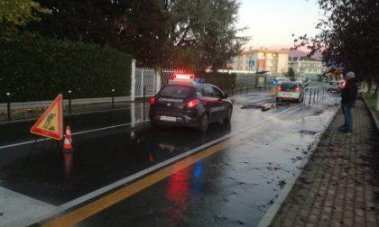Scoppia il tubo dell'acqua: 3 auto danneggiate