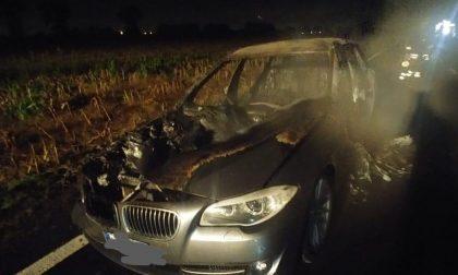 Auto va a fuoco mentre è in marcia