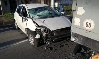Incidente a Rivara fra auto e camion, ferita una donna | FOTO