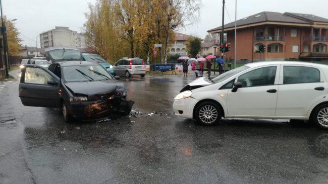 Incidente a Favria al solito incrocio, traffico in tilt | FOTO