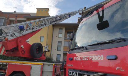 A fuoco il tetto di una palazzina a Caselle | FOTO