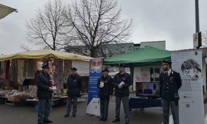 Poliziotti al mercato di Ivrea per la Giornata contro la violenza sulle donne