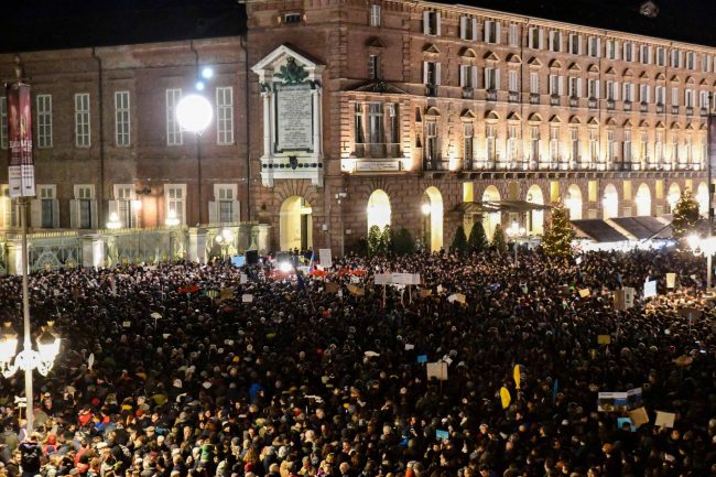 Più di 30 mila Sardine in piazza Castello, sul palco anche il prof de L