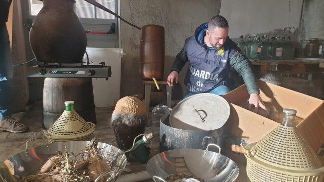 Laboratorio clandestino di grappa a Montalenghe, blitz della Finanza