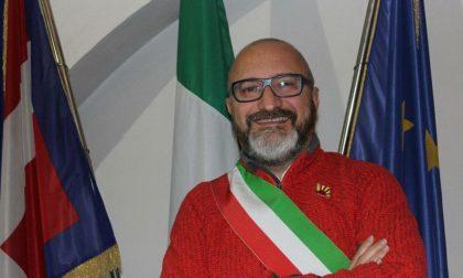 Nuovi interventi al servizio dei cittadini a Cuorgnè, il sindaco dona una nuova altalena per i bambini