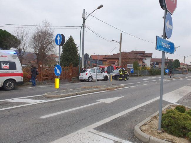 Scontro fra due auto a Balangero, donna rimane incastrata nell'auto