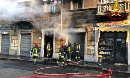 Negozio a fuoco in corso Giulio Cesare, edificio evacuato