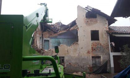Crolla casa disabitata in pieno centro nella notte a Castellamonte | FOTO
