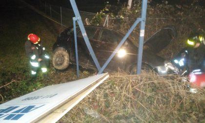 Incidente a Spineto, ragazza finisce fuori strada con l'auto | FOTO