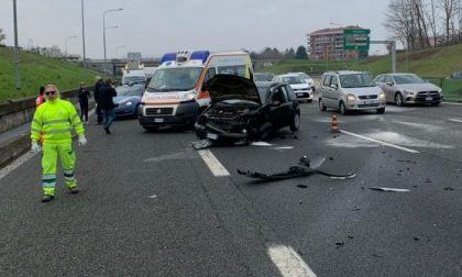Scontro tra due auto in tangenziale a Venaria, due persone ferite