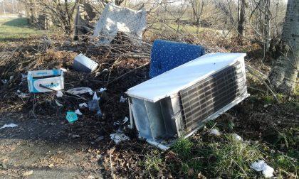 Ancora incivili: rifiuti abbandonati nella zona del polo industriale del Canavese