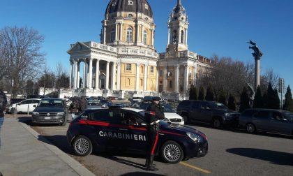 Tentano di investire un carabiniere mentre fuggono dopo i furti ai turisti a Superga