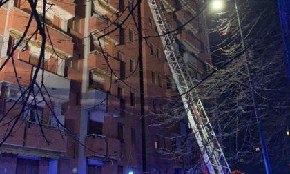Appartamento a fuoco, i vigili del fuoco salvano famiglia con due bambine